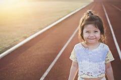 Śliczny Mały Azjatycki dziewczyna uśmiech na bieg śladzie Obrazy Royalty Free