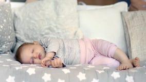 Śliczny mały beztroski dziecka dosypianie otaczający miękkim poduszki lying on the beach z zamkniętymi oczami folował strzał zbiory