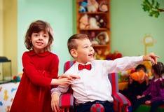 Śliczny mały dżentelmen w wózku inwalidzkim i damie na wakacjach w dziecinu dla dzieciaków z specjalnymi potrzebami Fotografia Stock