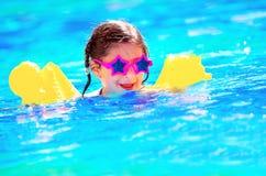 Śliczny mały dziecka dopłynięcie w basenie Obrazy Stock