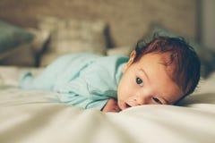 Śliczny mały dziecka lying on the beach na łóżku Fotografia Stock