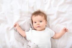 Śliczny mały dziecka lying on the beach na łóżku Obraz Stock
