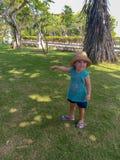 Śliczny mały dziecka ono uśmiecha się, sztuka w parku i zdjęcie stock