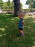 Śliczny mały dziecka ono uśmiecha się, sztuka w parku i obrazy royalty free
