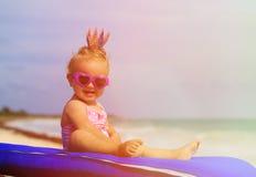 Śliczny mały dziecka princess na lato plaży obrazy royalty free