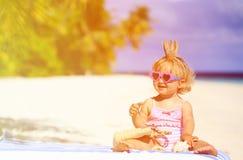 Śliczny mały dziecka princess na lato plaży zdjęcie royalty free