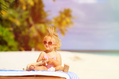 Śliczny mały dziecka princess na lato plaży zdjęcia stock