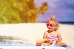 Śliczny mały dziecka princess na lato plaży zdjęcie stock