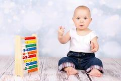Śliczny mały dziecko bawić się z abakusem i caunting palcami Obraz Royalty Free