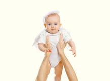 Śliczny mały dziecko na rękach wychowywa nad bielem Zdjęcie Stock