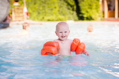 Śliczny mały dziecko w pływackim basenie Zdjęcie Royalty Free