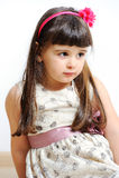 Śliczny mały mody dziewczyny kłamstwo na białym tle. obrazy royalty free