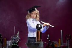 Śliczny mały naukowiec pozuje w physics laboratorium Obrazy Stock