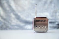 Śliczny mały nowożytny radio z anteną na szarym tle Zdjęcie Royalty Free