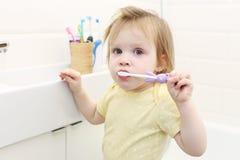Śliczny mały 2 roku dziewczyna czyścą zęby fotografia royalty free