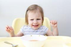 Śliczny mały 2 roku dziewczyna no chcą jeść polewkę zdjęcia royalty free