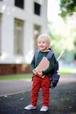 Śliczny mały uczeń z jego plecakiem tylna koncepcji do szkoły Obraz Royalty Free