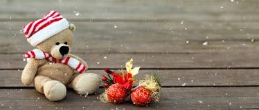 Śliczny miś z boże narodzenie czerwone piłki na drewnianym tle, kopii przestrzeń Sztandar, śnieżna tekstura zdjęcia stock