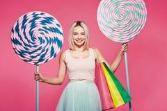 Śliczny model z cukierkami i torba na zakupy zdjęcie royalty free