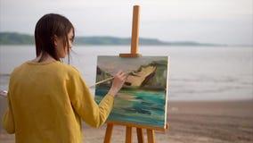 Śliczny nastolatek rysuje spokojnego życie od natury, kanwa stojaki na sztaludze zdjęcie wideo