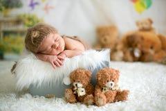 Śliczny nowonarodzony dziecko śpi z zabawki Obraz Royalty Free