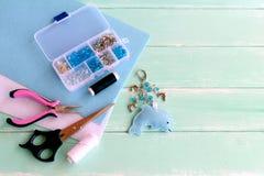 Śliczny odczuwany delfinu keyring z koralikami Błękitny odczuwany dennego zwierzęcia keychain Materiały i narzędzia ustawiający t Fotografia Royalty Free