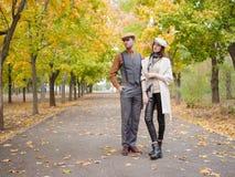 Śliczny para spacer w parku zdjęcia royalty free