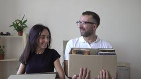 Śliczny pary chodzenie w nowego mieszkanie facet i dziewczyna z uśmiechem i pudełkami iść z pudełkami w ręce zbiory wideo