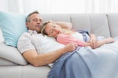 Śliczny pary drzemanie pod koc na leżance zdjęcia royalty free