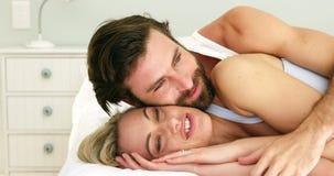 Śliczny pary lying on the beach na łóżkowym obejmowaniu each inny zbiory