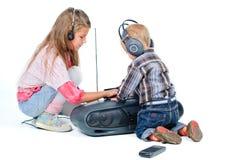 śliczny piękny brat słucha muzycznej siostry zdjęcia stock