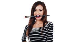 Śliczny piękny dziewczyna artysty muśnięcia zębów kawałek w farbę w procesie rysuje inspirację Biały tło, odizolowywający Fotografia Royalty Free