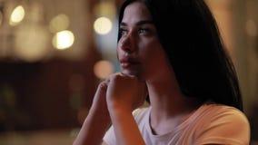 Śliczny piękny kobieta portret przy nocy miastem zbiory