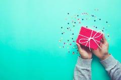 Śliczny prezenta pudełko w dziewczyny ręce świętowania przyjęcie i rocznica Fotografia Royalty Free