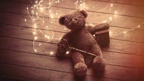 Śliczny puszysty miś z prezentem i złotym garla klucza i jaskrawego Zdjęcie Stock