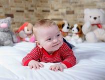 Śliczny pyzaty mały dziecko z szczęśliwym uśmiechem zdjęcie stock