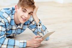 Śliczny studencki używa pastylka komputer Zdjęcie Stock