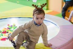 Śliczny szczęśliwy dziecko, chłopiec bawić się przy kolorowymi klingeryt zabawki postaciami na boisku obraz stock