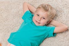 Śliczny uśmiechnięty chłopiec odpoczywać Zdjęcie Royalty Free