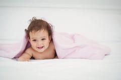 Śliczny uśmiechnięty dziecka lying on the beach pod koc Fotografia Royalty Free