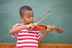 Śliczny uczeń bawić się skrzypce w sala lekcyjnej obrazy royalty free