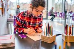 Śliczny uczennica rysunek z ołówkami zdjęcia stock