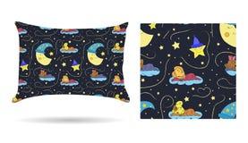Ślicznych dzieci Dekoracyjna poduszka z wzorzystym pillowcase w kreskówka stylu dzieciach śpi na chmurach w pięknym ni Zdjęcia Stock