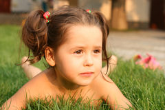 ślicznych dziewczyny gras mały lying on the beach zdjęcia royalty free