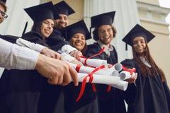 Ślimacznicy w rękach absolwenci zdjęcie stock