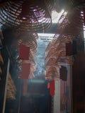 Ślimakowaci kadzidło kije w świątyni fotografia royalty free