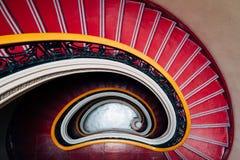Ślimakowaty czerwony zmniejszający się schody zdjęcia stock