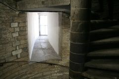 Ślimakowaty schody, poręcze, popielaci ściana z cegieł, okno w Świątobliwej Isaak katedrze w Sain Petersburg Zdjęcia Royalty Free