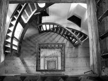 Ślimakowaty schody w starej latarni morskiej w czarny i biały Zdjęcia Royalty Free