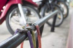 Ślimakowaty stal kabel z kłódką Fotografia Royalty Free